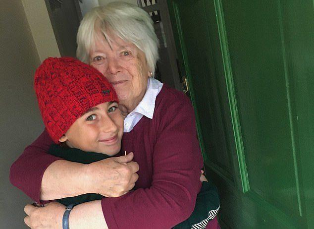 """""""Përqafimi më i ngrohtë"""", 10-vjeçari bën 2700 km në këmbë për të takuar gjyshen e tij"""