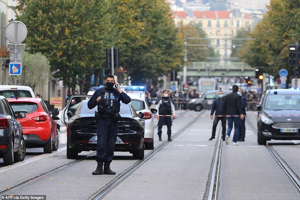 VIDEO/ Tre të vdekur, dalin pamjet e sulmit terrorist në Francë