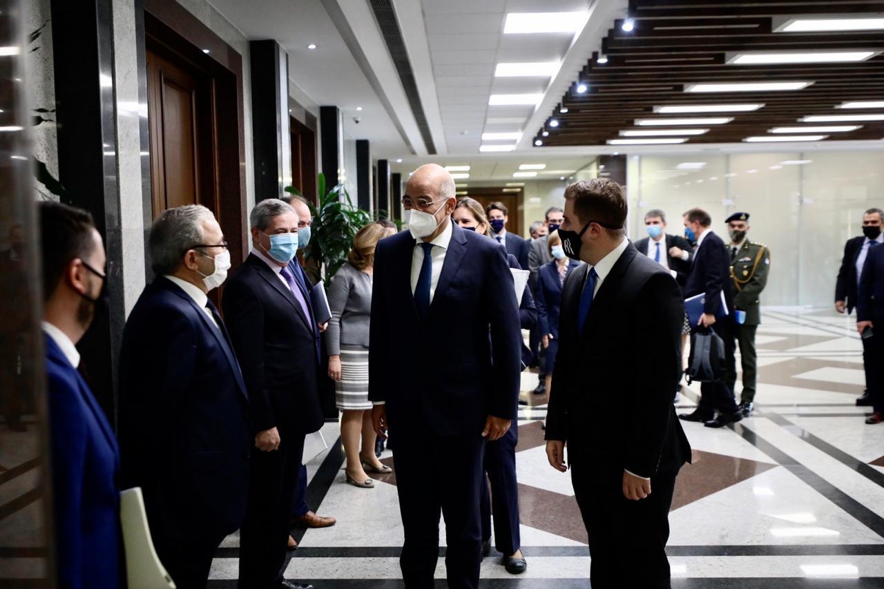 FOTO/ Dendias pritet nga Cakaj, imazhe dhe detaje nga takimi në ministri