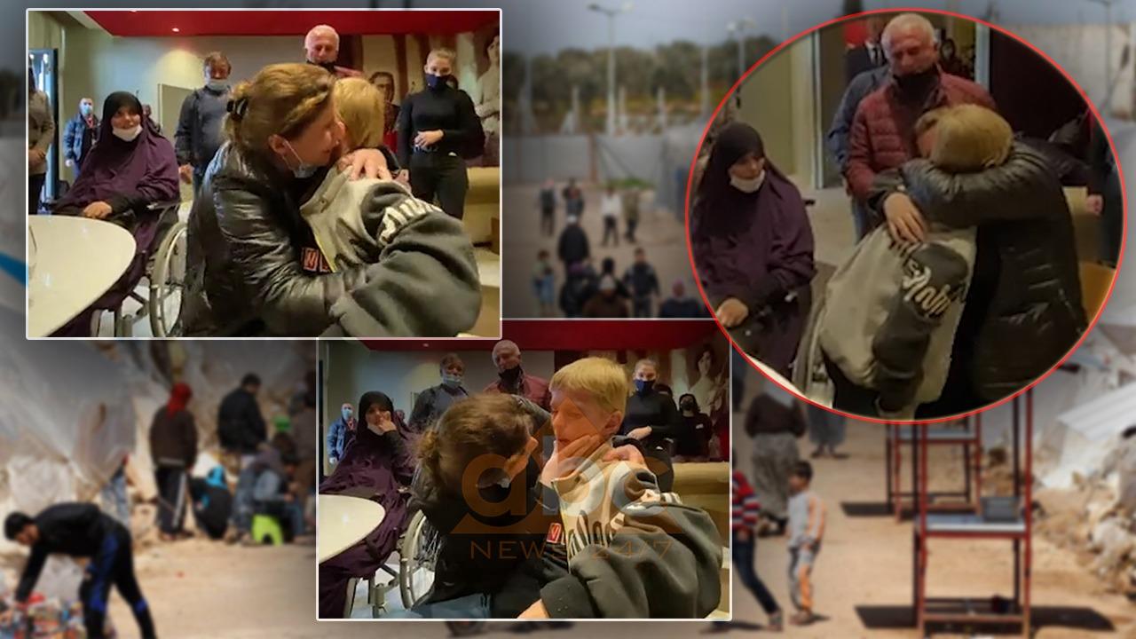 VIDEO emocionuese, momenti kur Endri Dumani përqafon nënën mes lotësh: I bukri i mamit