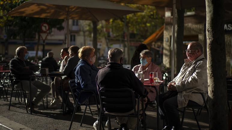Pandemia: Evropa bëhet gati për vjeshtën e dimrin, Katalonja mbyll baret e restorantet