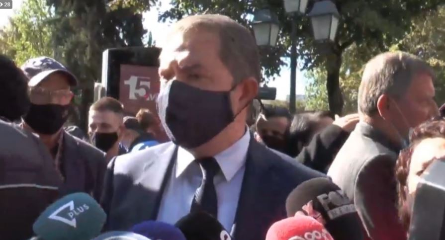 "Greek minister Dendias is ""welcomed"" with protests in Tirana"