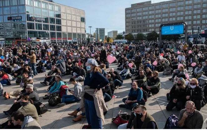 Protesta në Berlin kundër masave kufizuese ndaj Covid-19