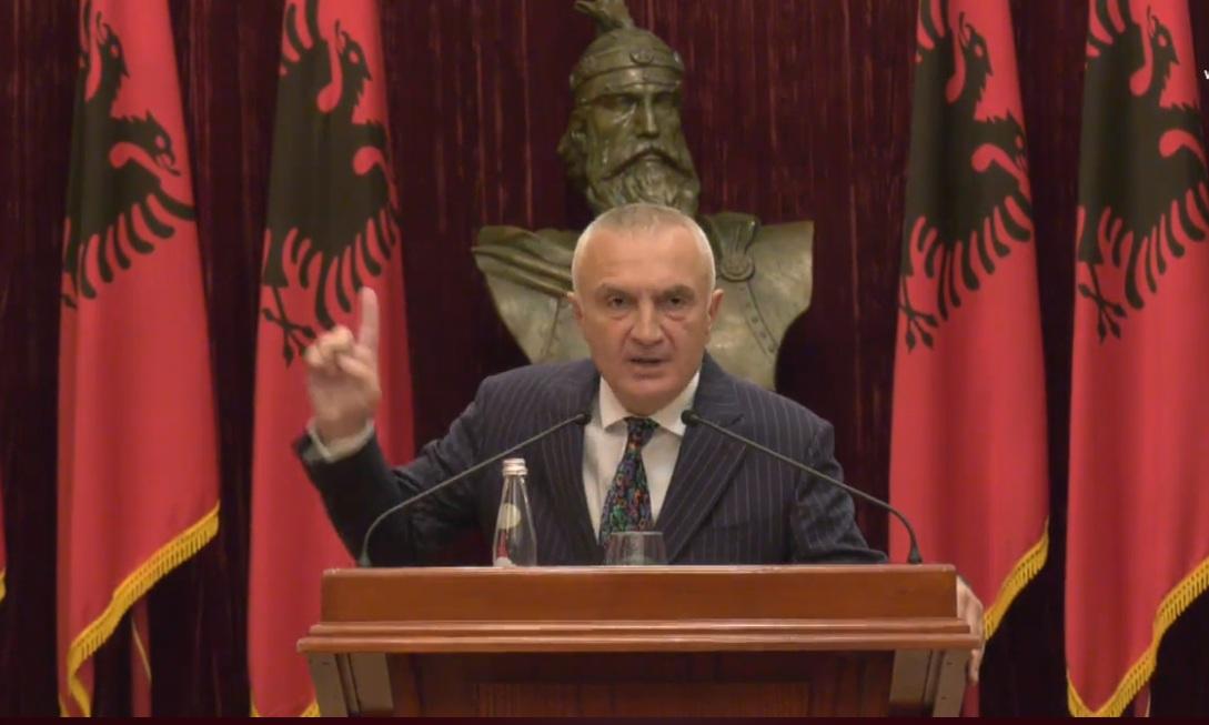 """""""Çohuni burra"""", Meta dëgjon këngë patriotike pas vendimit të Kuvendit për ta shkarkuar: Ju uroj natë të qetë"""