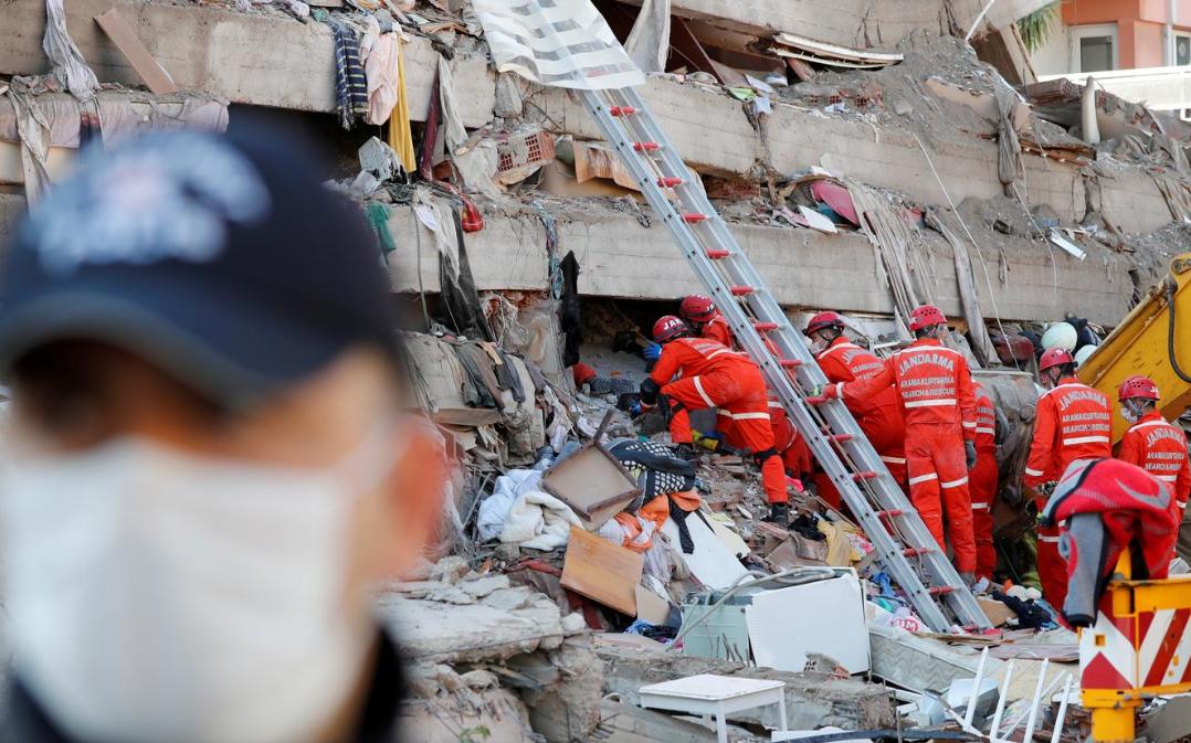 Nëna me fëmijët nxirren pas 18 orësh nga rrënojat, ndërron jetë njëri prej tyre! 37 viktima nga tërmeti