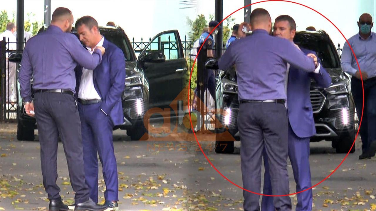 VIDEO/ Halit Valteri tenton të qëllojë Damian Gjiknurin jashtë Parlamentit