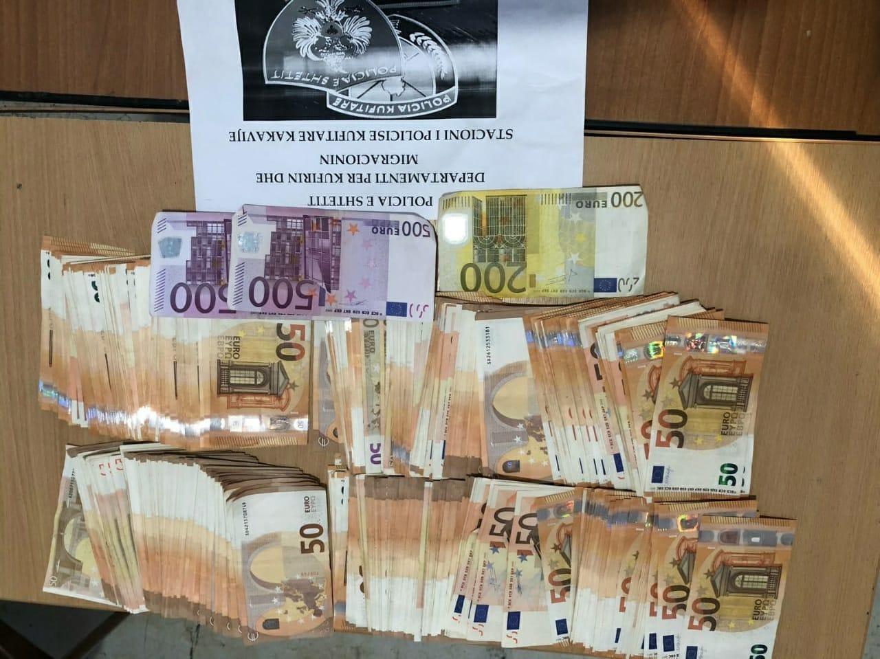 Kapet me mbi 25 mijë euro në çantë 43-vjeçarja në Kakavijë