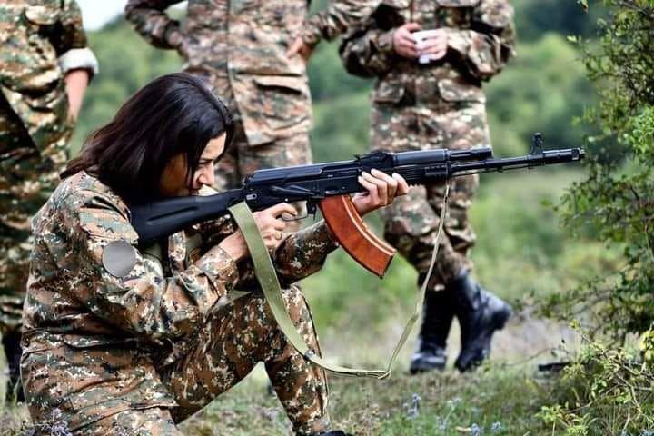 Armenia e gjitha në luftë, gruaja e kryeministrit i bashkohet frontit