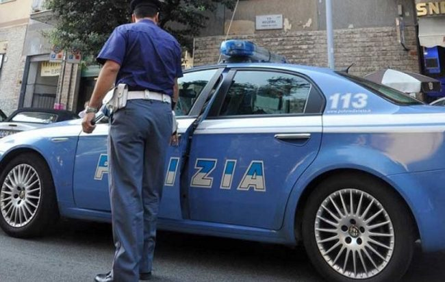 Policët kontroll rutinë në banesën e shqiptarit në arrest shtëpie, i zbulojnë gruan fshehur nën divan