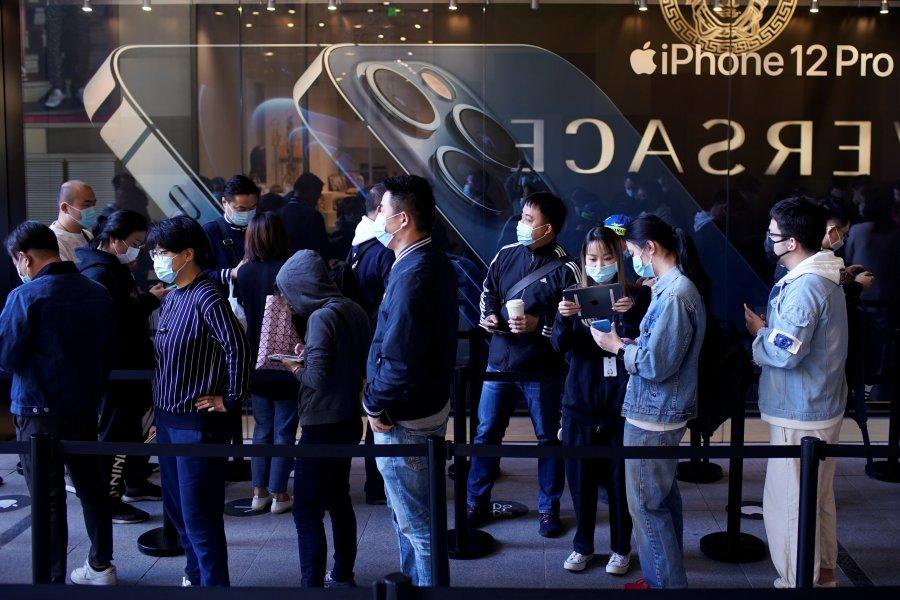 """Kinezët """"harrojnë"""" pandeminë, radhë të gjata për të blerë iPhone 12"""