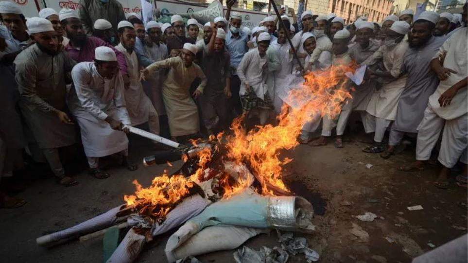 Tmerr në Bangladesh: Turma e njerëzve rreh për vdekje dhe djeg një burrë