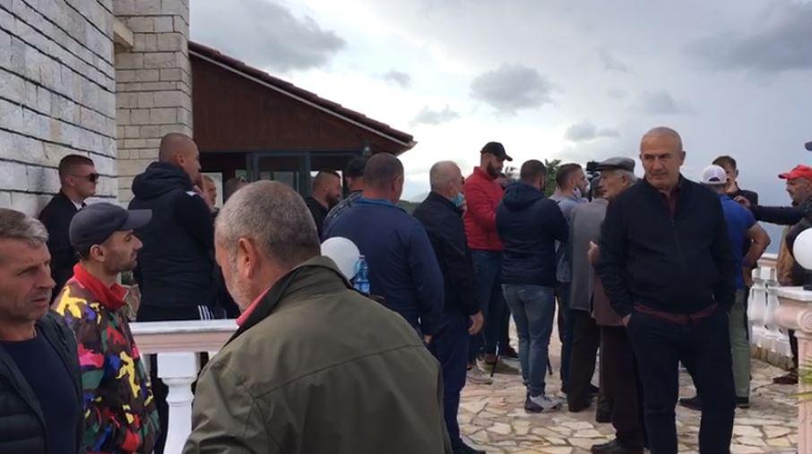 Banorët e Kaninës në Vlorë ngrihen në protestë: Fate Velaj po na grabit pronat