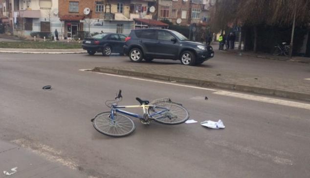 E përplasi makina ndërsa ecte me biçikletë, humb jetën 78-vjeçari në Kavajë