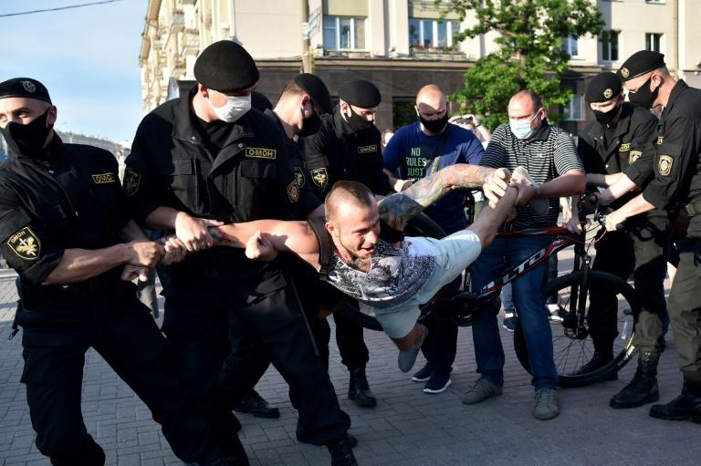 Protesta në Bjellorusi, policia arreston dhjetëra persona
