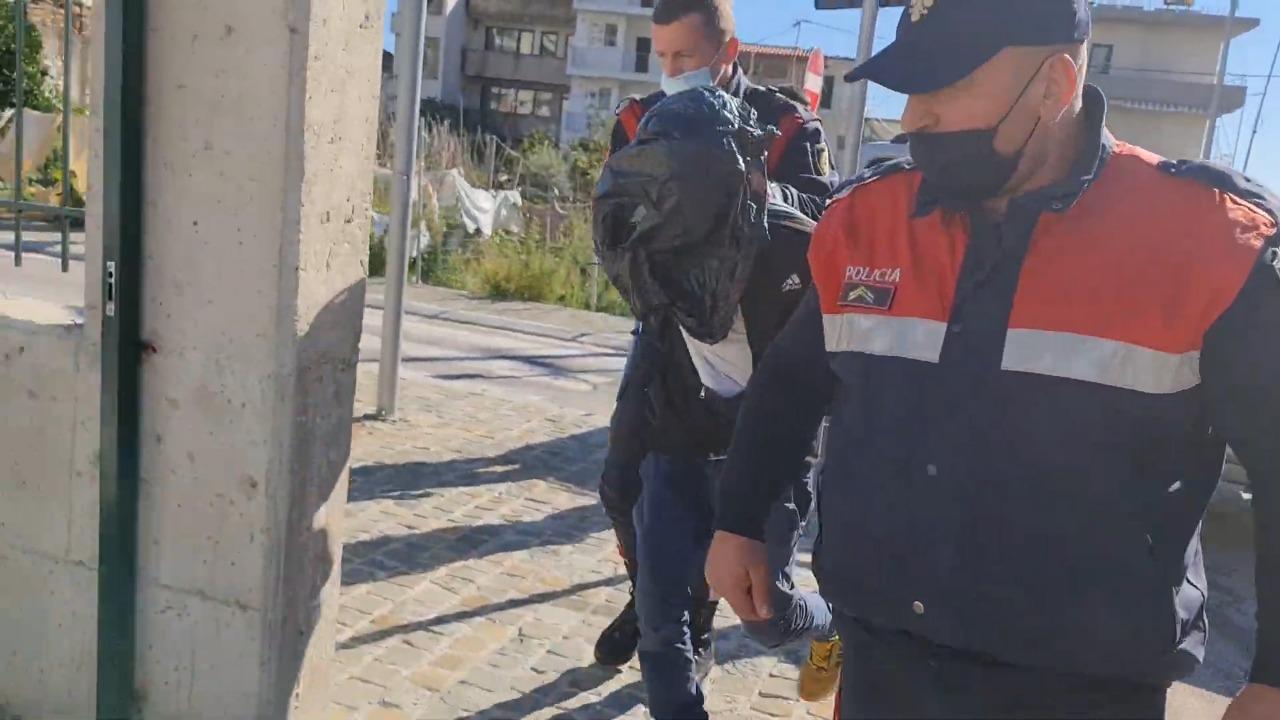 """Arrestohet tmerri i """"Palasës"""" në Vlorë, momenti kur shoqërohet me qese të zezë në kokë"""