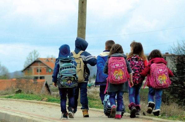 Çanta me libra e vajzës peshon 5 kg, gazetari i propozon një zgjidhje Ministrisë së Arsimit