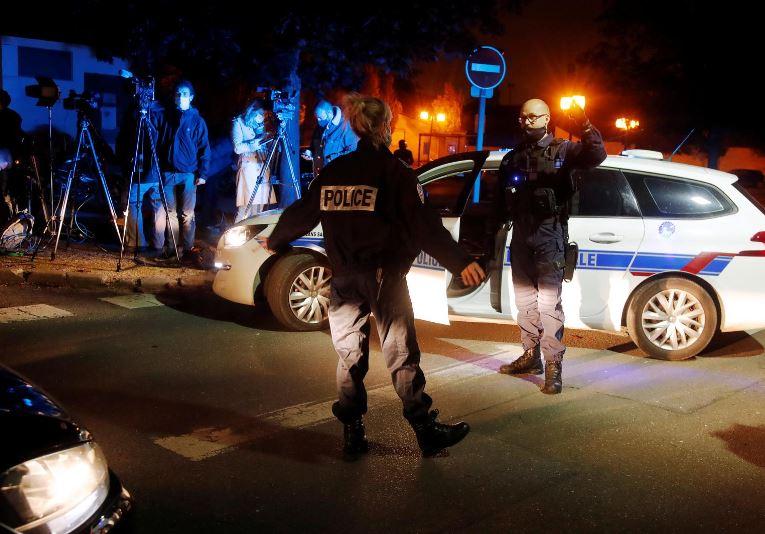I riu i preu kokën mësuesit, policia franceze arreston 9 persona