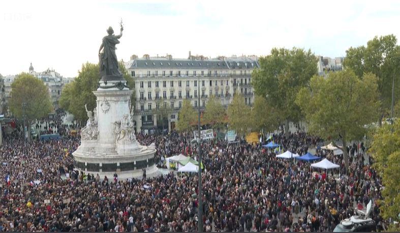 Vrasja makabre e mësuesit francez, mijëra qytetarë mblidhen në sheshin kryesor të Parisit
