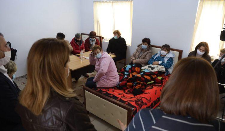 Rëndohet gjendja e një grevisteje në Ballsh, kërkon ndihmën e mjekëve
