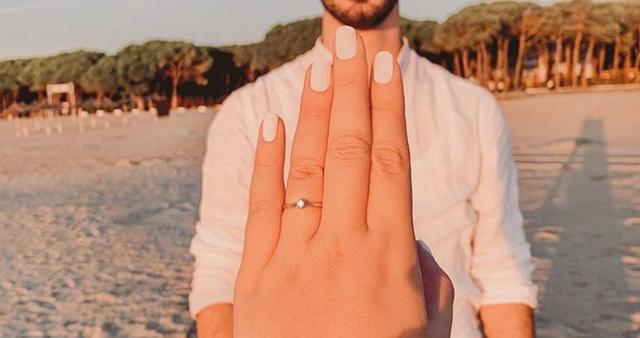 Me unazë diamanti, partneri i propozon për martesë blogeres shqiptare