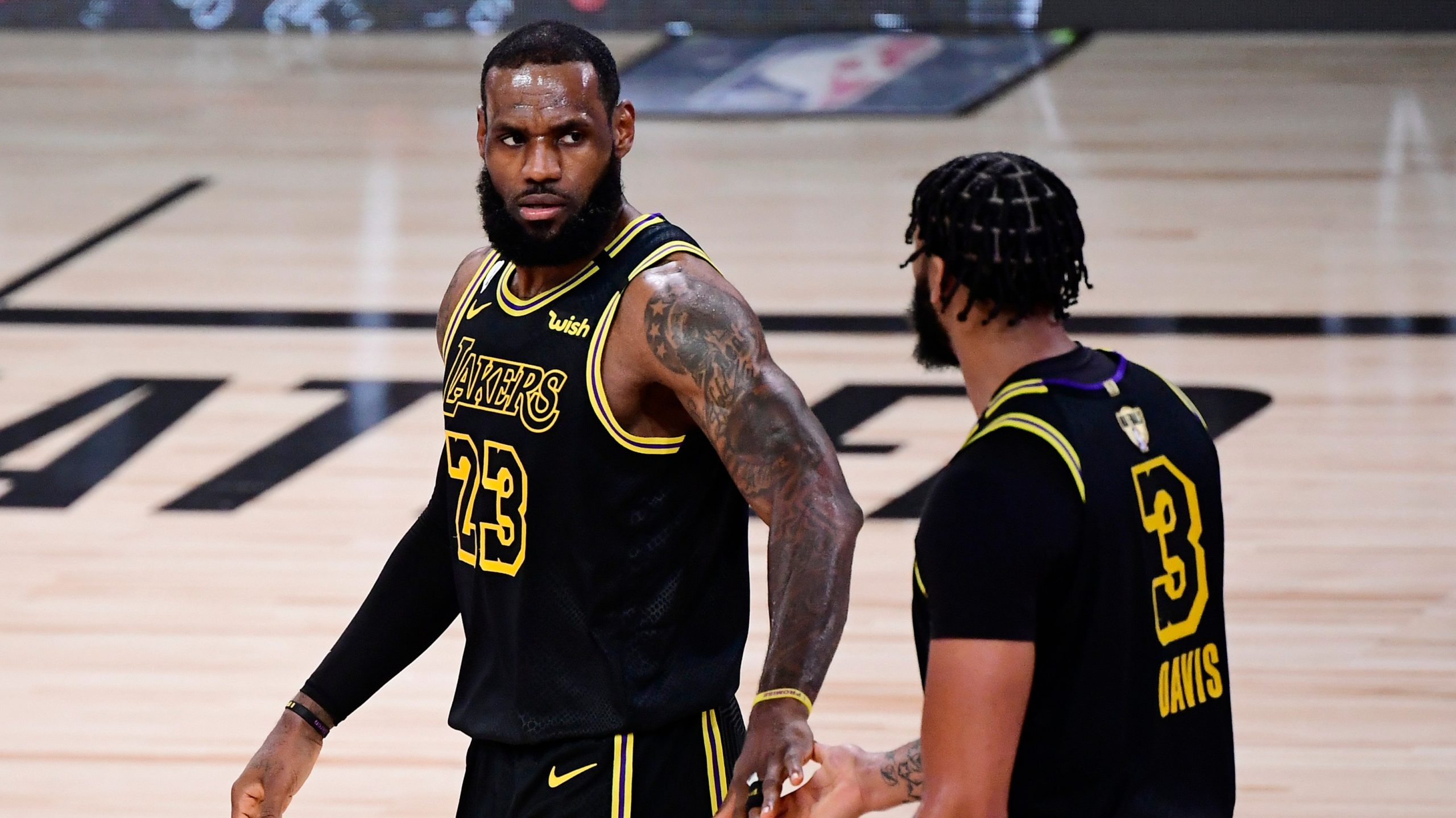 """VIDEO/ Lakers """"kafshojnë"""" edhe në finalen e dytë, James-Davis fenomenalë"""