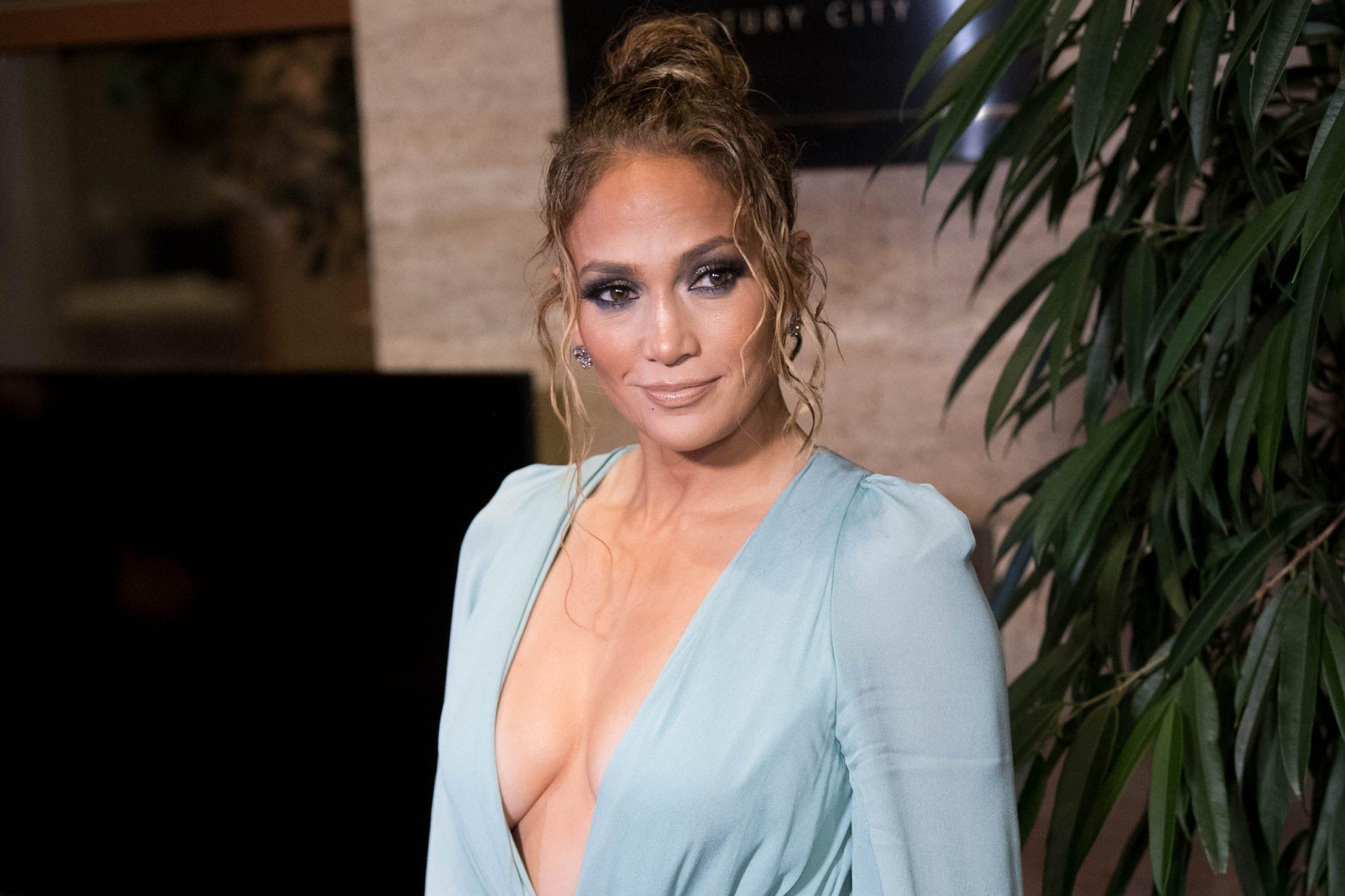 Jennifer Lopez nuk njeh moshë, grimerja i zbulon produktet kozmetike që përdor
