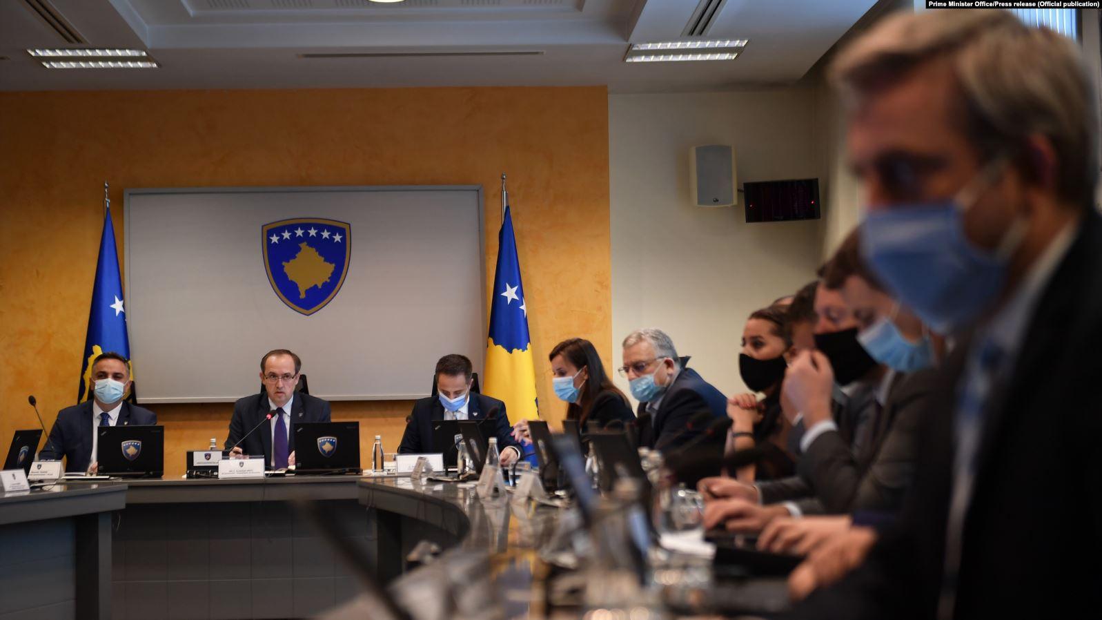Lajçak paralajmëron ndryshimin e Kushtetutës, Qeveria e Kosovës hesht