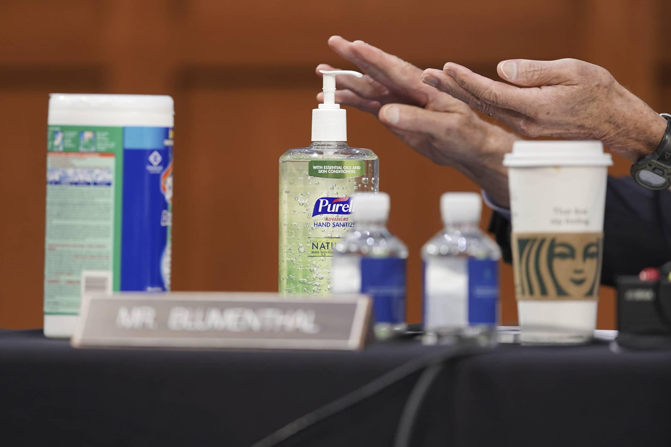 Studimi: COVID-19 mbijeton në lëkurë pesë herë më shumë se gripi