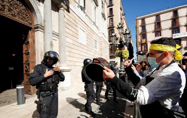 Vendimi për të mbyllur baret dhe restorantet, protesta në Barcelonë