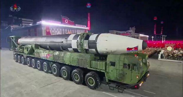 Koreja e Veriut provokon SHBA-të, paradë me raketën balistike