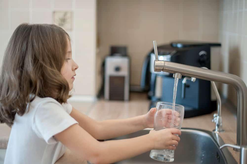 Çfarë do të ndodhë me trupin tuaj nëse pini më shumë ujë