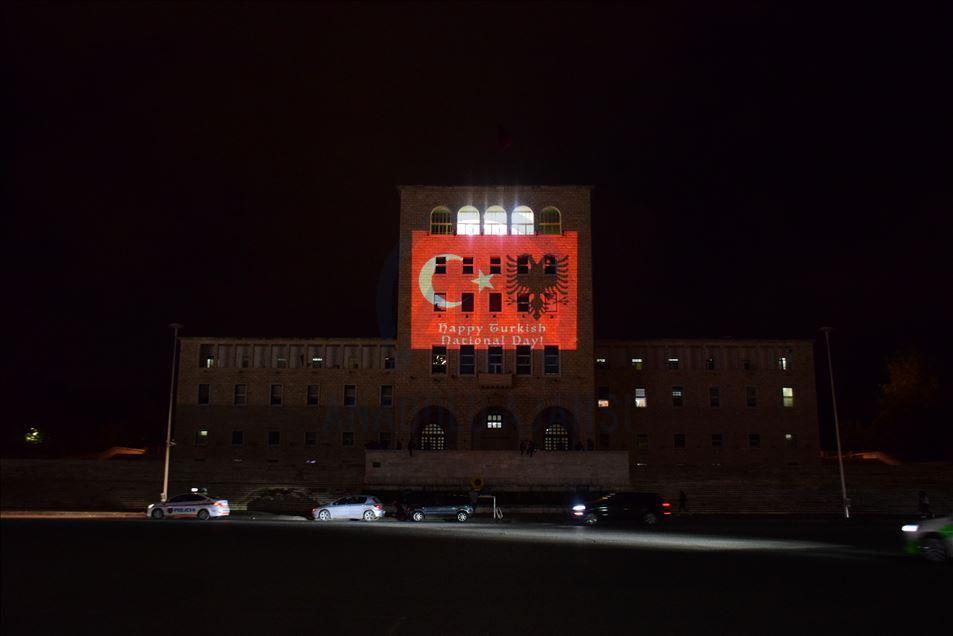 FOTO/ Universiteti Politeknik i Tiranës ndriçohet me ngjyrat e flamurit të Turqisë