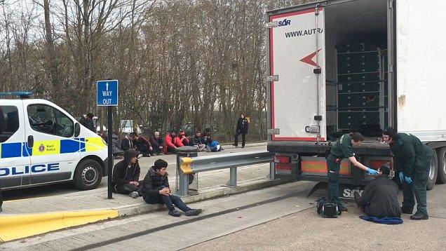 U nisën me kamion për në Angli, kapen shqiptarët, arrestohen vëllezërit që organizonin trafikun