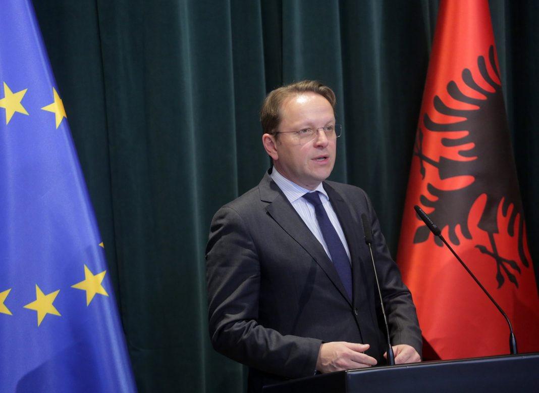 Varhelyi vizitë në Tiranë, takime me krerët e shtetit dhe vettingut, mban fjalën nga Kuvendi