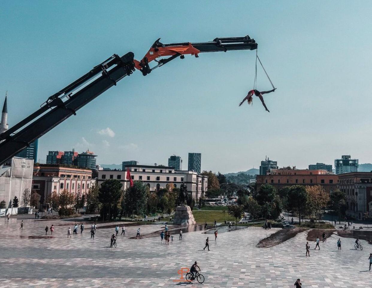 Shqiponja e shqiptarëve, njihuni me akrobaten që performon në qiell të hapur!