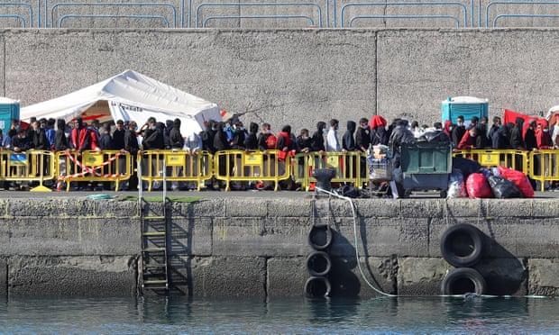 2200 refugjatë zbarkojnë në ishujt Kanarie të Spanjës, autoritetet thirrje për ndihmë BE
