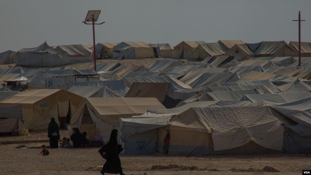 Qindra sirianë largohen nga kampi Al-Hol që menaxhohet nga kurdët