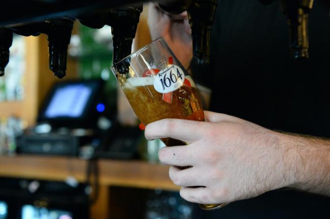 Surprizon burri, lë bakshish 3.000 $ për një birrë në restorantin që po mbyllej nga Covid