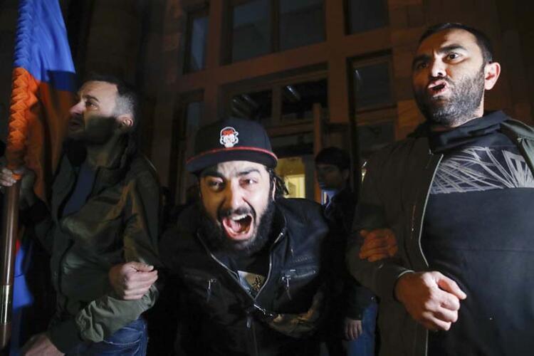 Rrihet kryeparlamentari armen: Protestuesit pushtojnë zyrat qeveritare