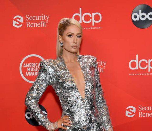 """Paris Hilton shkëlqen në """"AMAs 2020"""", vishet nga stilisti shqiptar"""