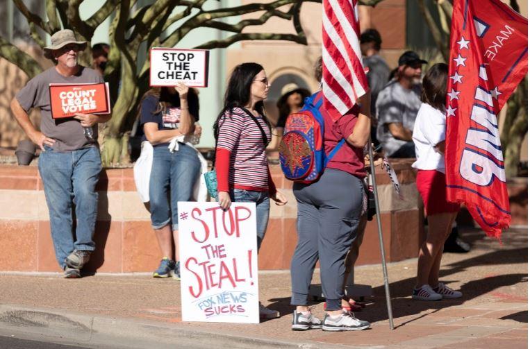 """Facebook-u bllokon grupin pro-Trump me sloganin """"Ndaloni Vjedhjen"""""""