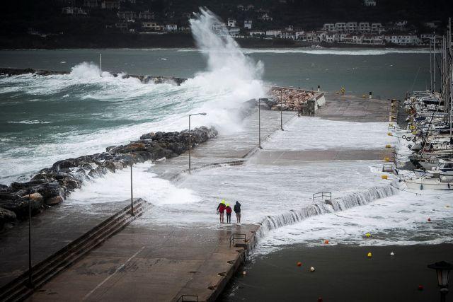 Moti i keq po vjen, stuhi dhe dëborë në Greqi