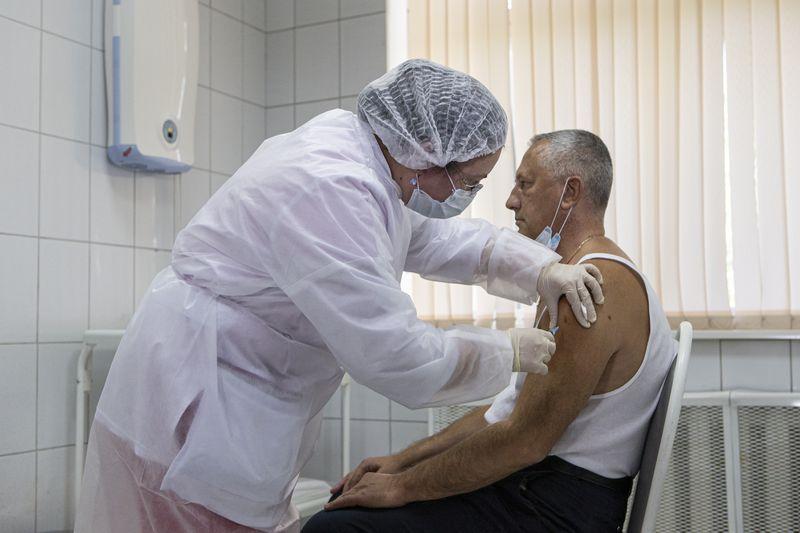 Moska e shpalli vaksinën më të mirën, tre mjekë rusë infektohen me Covid-19 pas dozës së parë