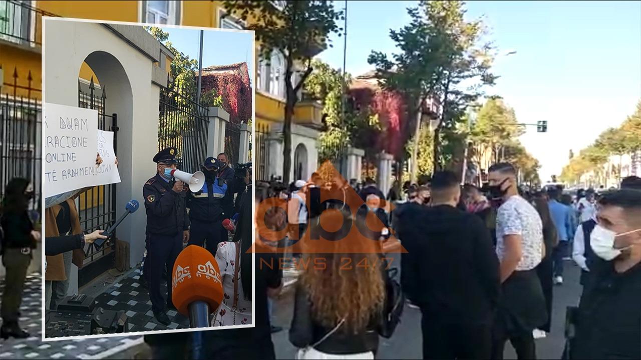 Studentët protestë përpara Ministrisë së Arsimit, policia: Shpërndahuni, do zbatojmë ligjin!