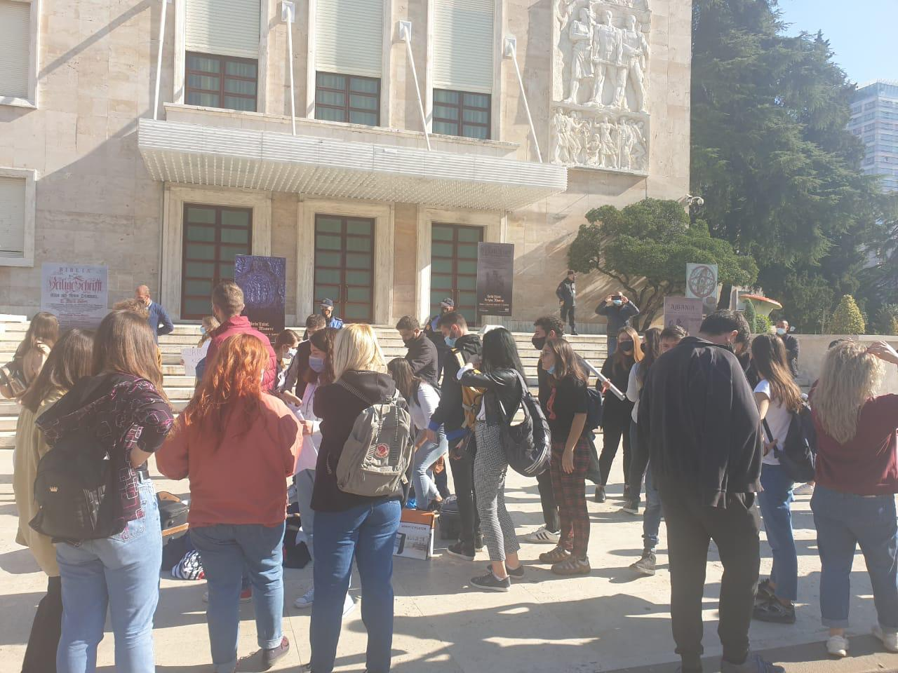 FOTOT/ Studentët zbarkojnë tek Kryeministria, protestojnë me rroba dhe valixhe