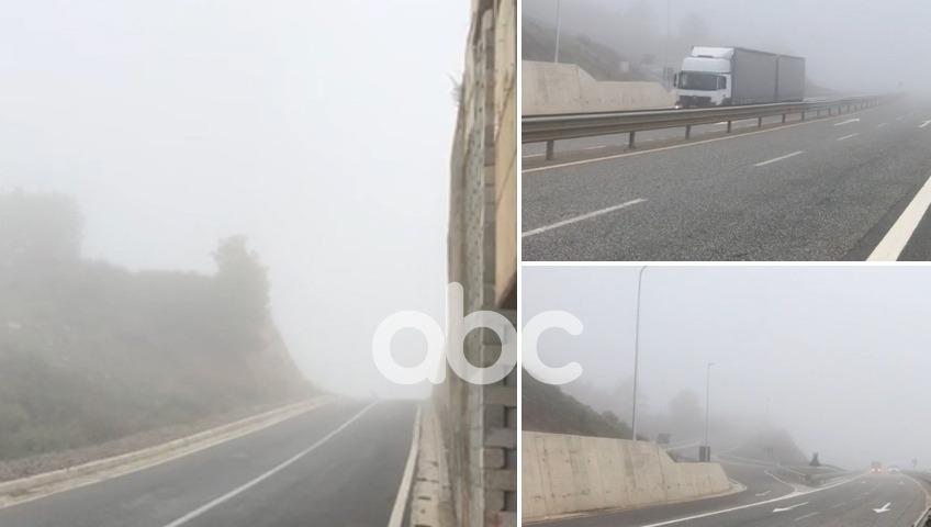 """VIDEO/ Mjegulla e dendur """"pushton"""" Rrugën e Kombit, vështirësi në qarkullimin e automjeteve"""