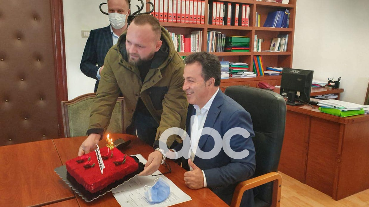 FOTO/ Peleshin e suprizon për ditëlindje deputeti i opozitës