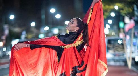 FOTO/ Adrola Dushi pozon me flamurin shqiptar mes rrugëve të New York-ut