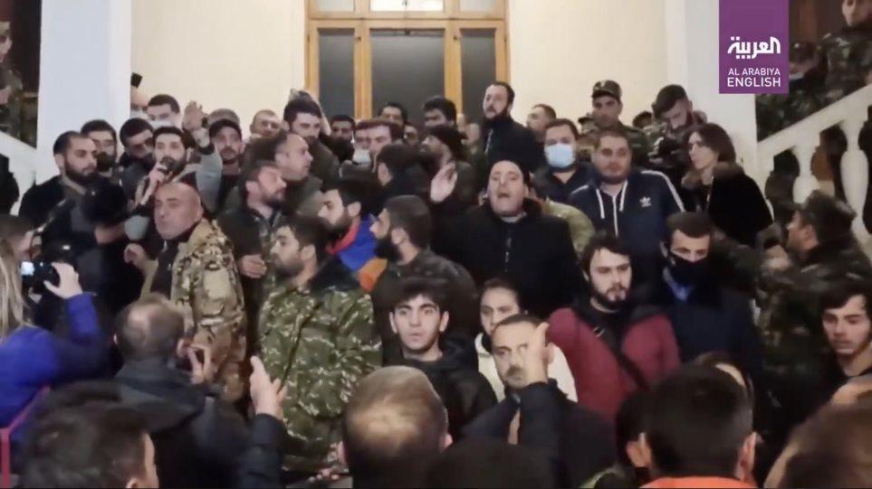 Armenët nuk pranojnë përfundimin e luftës, momenti kur sulmojnë parlamentin