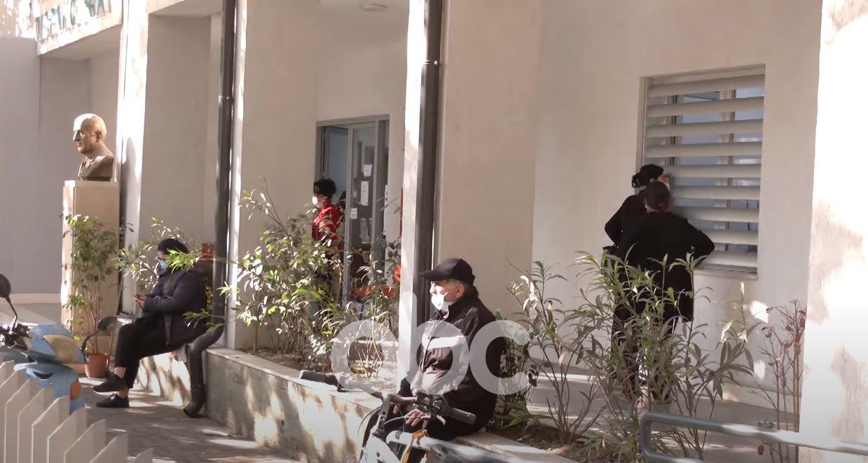 Rritja e rasteve me Covid shkakton kaos jo vetëm në spitale, ABC në Dispancerinë e kryeqytetit